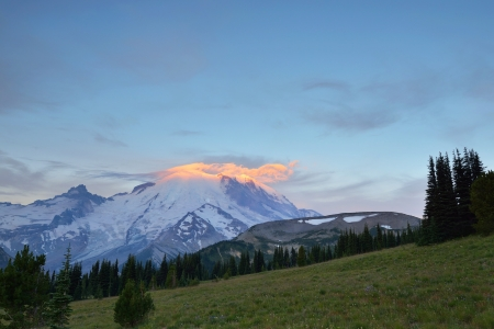 Mt  Rainier with fiery clouds at sunrise Stock Photo - 15281401