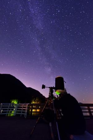 amateur: skywatcher y la Vía Láctea a Porteau Cove Provincial Park Foto de archivo