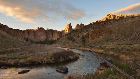 smith rock: Smith Rock and Crooked River at sunset, Oregon