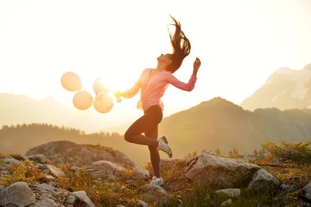 panadero: Una chica bailando al amanecer en la punta del artista, Mt. Baker, Washington