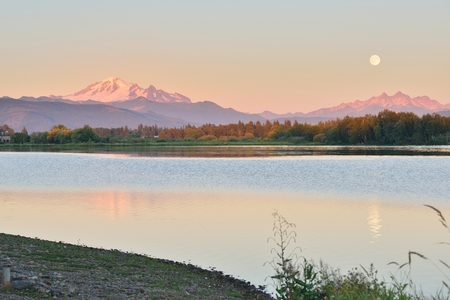 Volledige blauwe maan boven Mt. Baker and Three Sisters Mountain, uit Wiser Lake, Washington