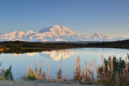 デナリ山と反射池、アラスカ