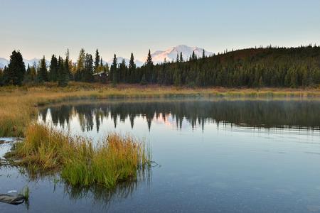 데날리 산 및 일출 원더 호수, 알래스카 스톡 콘텐츠
