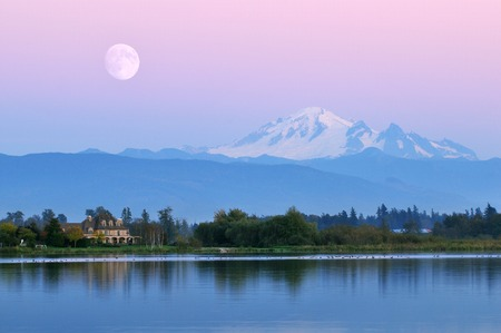 Moonrise over Mt. Bakker op Wiser Lake, Washington Stockfoto