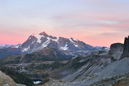 loop: Mount Shuksan Sunset, viewed from Herman Saddle slopes, Mt. Baker-Snoqualmie National Forest Stock Photo