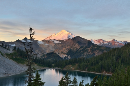 herman: Mt. Baker and Iceberg Lake viewed from Herman Saddle at sunrise, Mt. Baker-Snoqualmie National Forest Stock Photo
