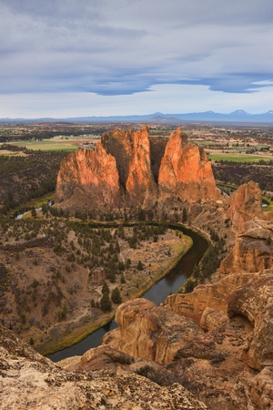 crooked: The Phoenix Buttress, Smith Rock and Crooked River at sunrise, Oregon Stock Photo