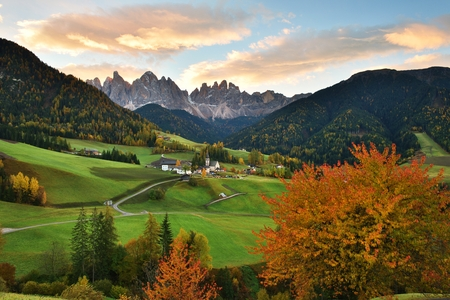 Funes Valley at sunrise, Dolomites, Italy   Banco de Imagens