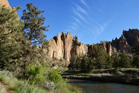 The Phoenix Buttress, Smith Rock and Crooked River at sunrise, Oregon Фото со стока - 79611573