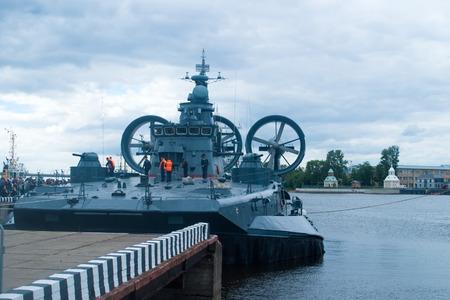 aéroglisseur: Saint Petersburg, Russia - July 02, 2017: International naval salon. Visitors on the deck of a small landing craft on air cushion Eugene Kocheshkov.