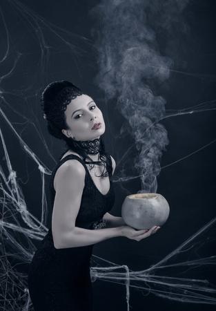 pocion: Una bruja joven con poci�n m�gica Foto de archivo