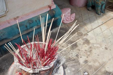 quemado: incienso quemado en el quemador de incienso en el templo
