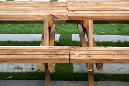 silla de madera: Mesa de madera con lugar banco en el jardín Foto de archivo