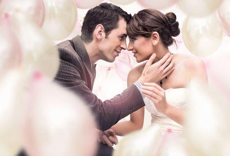 personas abrazadas: Foto de la boda rom�ntica Foto de archivo