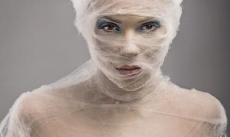 envolturas: Retrato de Bellas Artes de una mujer joven de wraped con cowebs