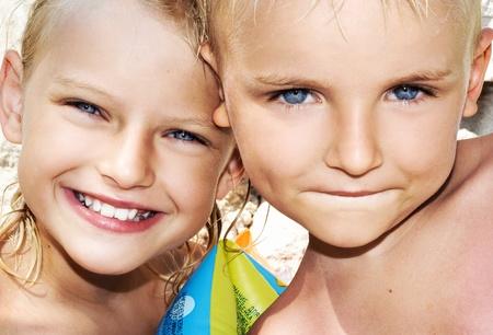 Junge und Kind auf sonnigen Urlaubstag