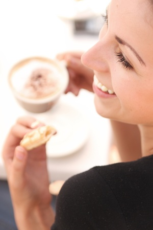 merenda: Giovane donna enjoying coffee break