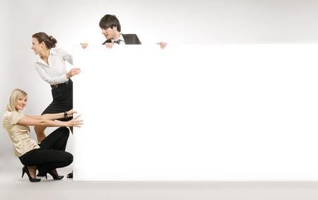 Gens d'affaires tirant un grand tableau blanc, beaucoup de surface