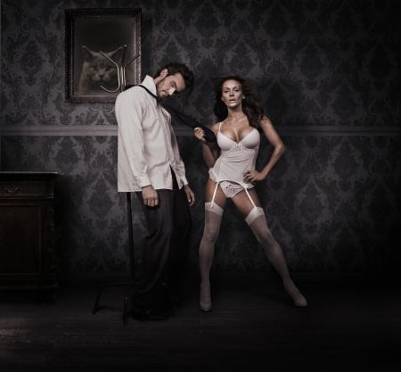 dominare: Dominando la donna e uomo bello
