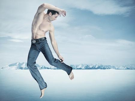 pies descalzos: Entrenamiento, sobre fondo de invierno de caza de Taekwondo