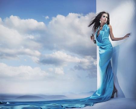 modelos posando: Impresionante belleza femenina con vestido azul