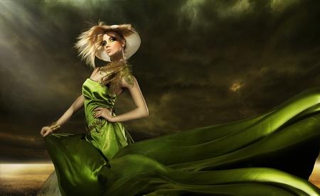 Jeune femme blonde posant