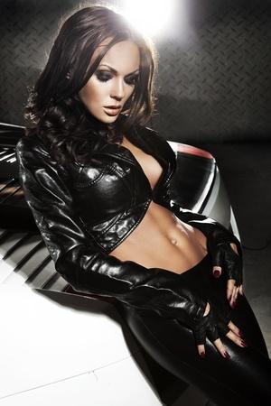 Sexy Lady an ein Sport-Auto