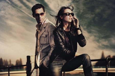 Atractiva pareja joven llevaba gafas de sol Foto de archivo - 8942213