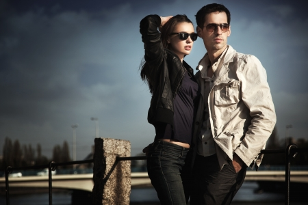 sunglasses: Atractiva pareja joven llevaba gafas de sol