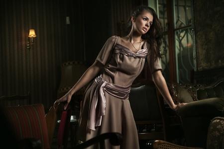 vestidos antiguos: Elegante mujer en un elegante interior Foto de archivo