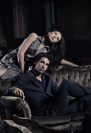 fashionable couple: Foto de estilo de moda de un atractivo par posando Foto de archivo