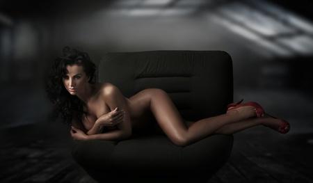seducing: Sexy brunetta bellezza in una posa romantica mozzafiato Archivio Fotografico
