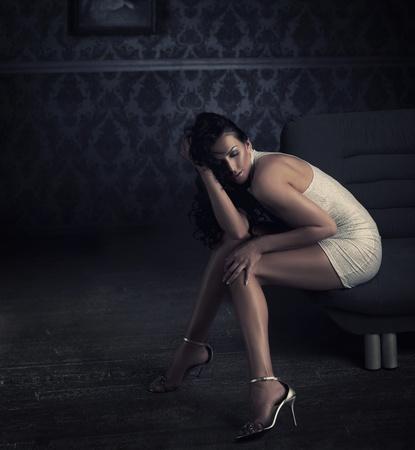 piernas sexys: Hermosa morena posando Foto de archivo