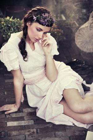 Retrato de estilo rom�ntico de una joven belleza morena Foto de archivo - 9067635