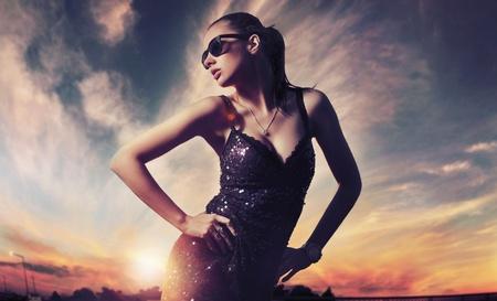 labios sexy: Dama de moda perfecta llevar gafas de sol