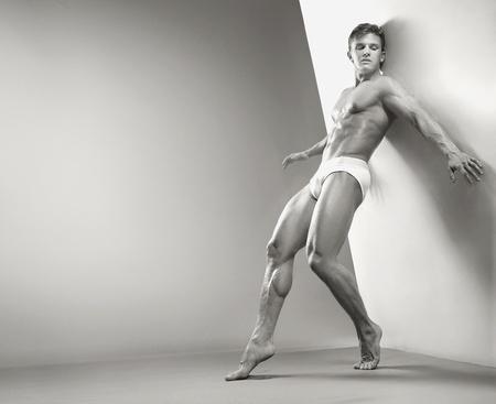 jungen unterwäsche: Gut aussehend muskul�s Guy im studio