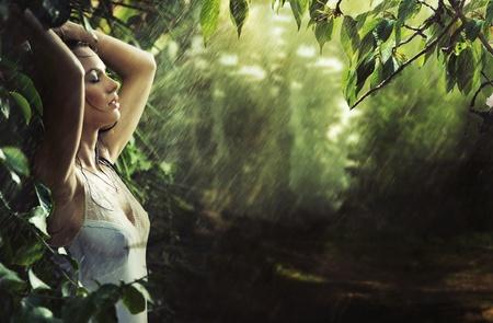 morena sexy: Adorable morena sexy en un bosque de lluvia Foto de archivo