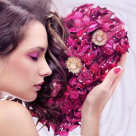 mujer con rosas: Retrato de una joven belleza con coraz�n Rosa Foto de archivo