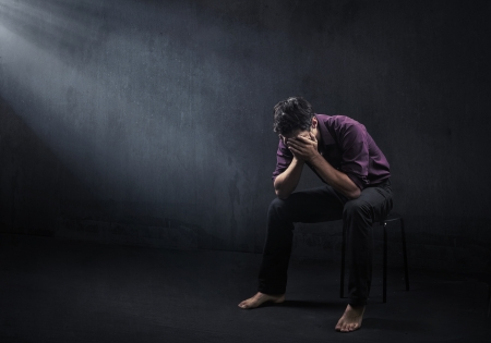 alone in the dark: Hombre triste en una sala vac�a