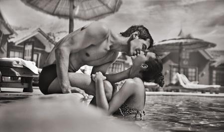 pareja besandose: Joven pareja bes�ndose en una piscina Foto de archivo