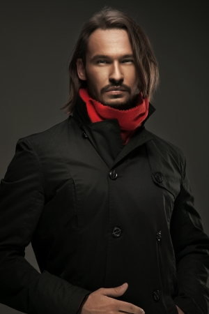 bel homme: Guy Handsome portant des v�tements automnales Banque d'images