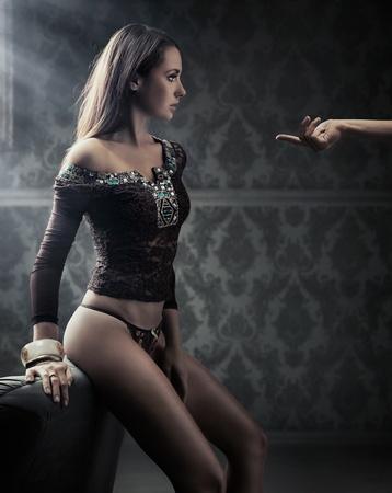 labios sexy: Imagen conceptual de la joven belleza tras la mano del hombre