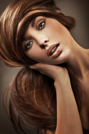 lussureggiante: Ritratto di una giovane donna con i capelli lunghi