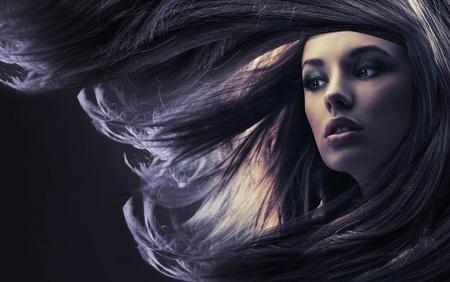 peluquerias: Bella dama con cabello largo casta�o, a la luz de la Luna Foto de archivo