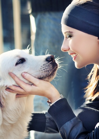 mujer con perro: mujer joven con perro Foto de archivo