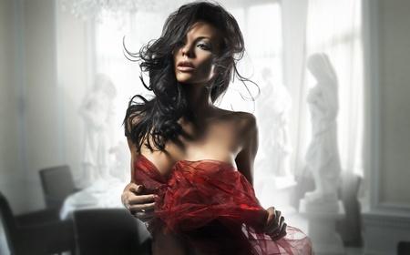 labios sensuales: Delicado Morena posando en una habitaci�n con estilo