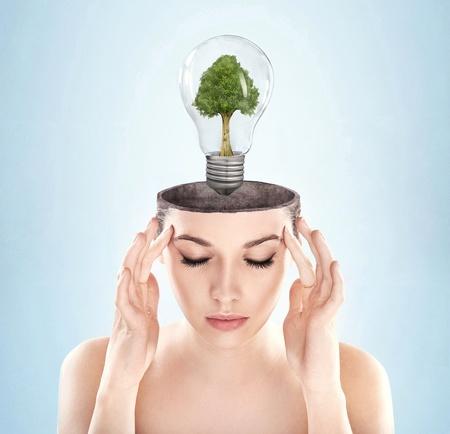 eficacia: Mujer con mente abierta con el s�mbolo de la energ�a verde