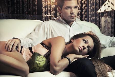 donne eleganti: Coppia sexy in amore in posa in stile romantico