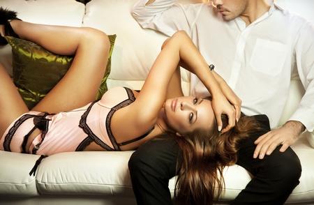 parejas sensuales: Linda Morena en lingerine posando con un hombre Foto de archivo