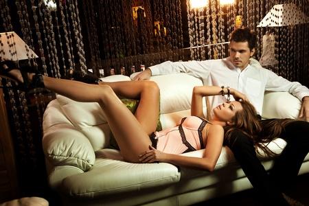 femme en sous vetements: Couple sexy dans une situation intime Banque d'images